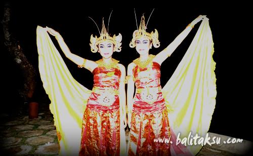 ティルタ・サリ楽団が演奏を行うオベロイ・ホテルの公演で、チャンドラワシ舞踊を踊りました。 Penari Sri Padma menari tari Cendrawasih dengan Seka Gong Tirta Sari di the Oberoi Hotel - Seminyak.