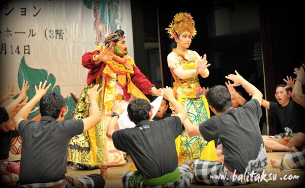 九州福岡市のバリ舞踊公演、ケチャの上演(シータとラワナ)