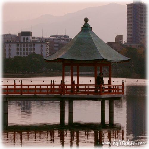 九州のバリ舞踊・スマララティ楽団 福岡県福岡市の中心部にある大濠公園 能楽堂ではバリ舞踊公演が行われた事もある。グヌンジャティ歌舞団やウブド王宮のトゥドゥンアグン舞踊団も福岡でバリダンスのパフォーマンスを行っている。