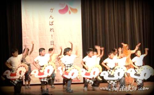 福岡県糸島市長糸小学校の児童が、インドネシア留学生のイベントに参加してバリ舞踊を公演
