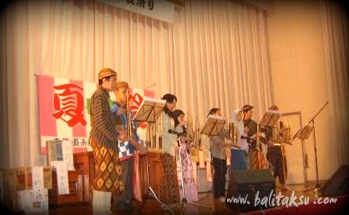 福岡県糸島市長糸の夏まつりでアンクルン楽器を演奏するインドネシア人留学生