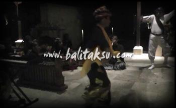そう!コンテンポラリーだからね、飛んだり跳ねたりしなきゃ!ホレ~ッ! I Made Djimat (Jimat) ,contemporary dance amanusa, duet mayumi inouye. ジマット氏とアマヌサでコンテンポラリー・バリ舞踊。舞台共演の様子