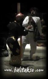 いやはや、ワタクシ踊ってるんでしょうか? I Made Djimat (Jimat) ,contemporary dance amanusa, duet mayumi inouye. ジマット氏とアマヌサでコンテンポラリー・バリ舞踊。舞台共演の様子