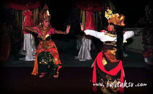 舞踊創作・振付 井上真由美(mayumiinouye)弦楽器ルバブを3台使っての初めての試みの曲(作曲kadek ferry & Ganda)も交えて、詠唱しながらの舞踊です。the story of the princess rangkesari at komaneka 写真:國治晃