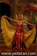 バリ舞踊の衣装でもスカートみたいな形のチャンドラワシ