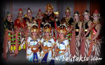 新聞の一面を飾りました。バリダンスとジャワ舞踊のコラボレーション PKB(バリ・アート・フェスティバル)Bali Arts Festival, mayumiinoue