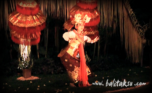 舞踊創作・振付 井上真由美(mayumiinouye)弦楽器ルバブを3台使っての初めての試みの曲(作曲kadek ferry & Ganda)も交えて、詠唱しながらの舞踊です。the story of the princess rangkesari at komaneka