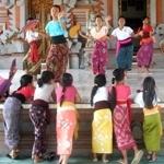 Balinese Dance Lesson. suasana latihan tari bali di peliatan.