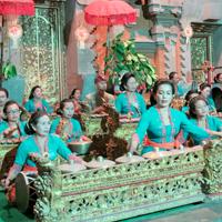 Odalan Pura Dalem Puri Peliatan, Tebesaya. Gurnita Sekar Sari Br.Kalah ngayah lelambatan. プリアタンの王宮寺院で奉納演奏